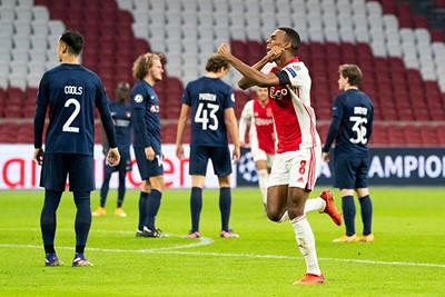 Eindelijk! Ajax op voorsprong! En hoe, prachtig doelpunt! © Pro Shots