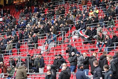 Het is niet heel druk, maar als Ajax straks steun nodig heeft, staan de fans op!