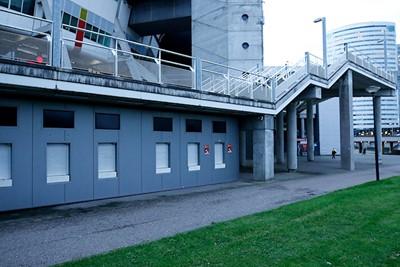 De luiken dicht, de trappen leeg, het beton nog grauwer dan normaal. © De Brouwer