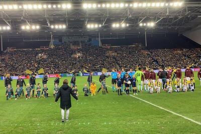 Zo, nu snel naar de tribune voor de wedstrijd! © Ajax Kids Club