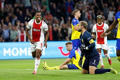 Ajax slaapt het eerste kwartier, maar Timber schiet zijn ploeg wakker. © De Brouwer