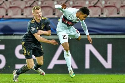 Ajax begon onverklaarbaar te rommelen en Schuurs maakte een slechte beurt. © Pro Shots