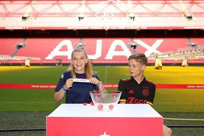 Yes! Ballenmeisje bij Ajax - Dortmund! © De Brouwer