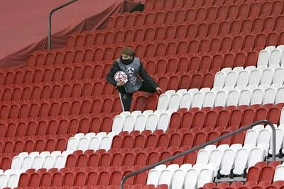 Dat je als ballenjongen nog eens de tribune op zou moeten voor je werk?! © De Brouwer