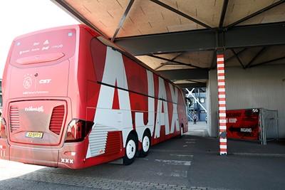De mooiste spelersbus van Nederland heeft zijn kostbare lading gedropt. © De Brouwer