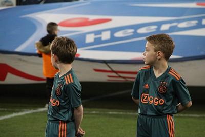 Even zien wat er allemaal om je heen gebeurt. Dat is best veel! © Ajax Kids Club