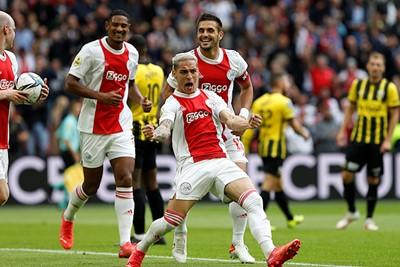 Ajax is meteen vanaf de start wakker met Antony als doelpuntenmaker. © De Brouwer