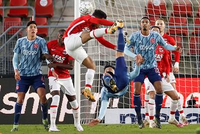 Het is net of Martínez een speler van AZ het stadion uit pegelt. © Pro Shots