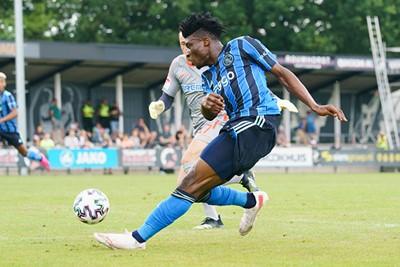 De middenvelder scoort hier, met wat hulp van een Paderborn-been. © AFC Ajax