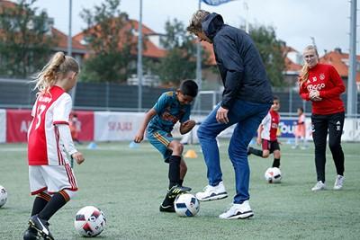 Laat Van der Sar zich hier de bal afsnoepen? © De Brouwer