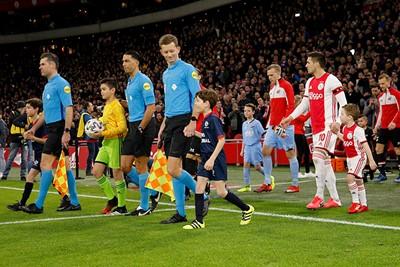 Daar zijn onze busknutselaars met de spelers van Ajax. © De Brouwer