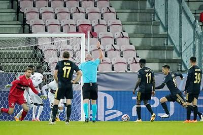 Tadic (uit vliegtuig 2) doet hier wat Roger ooit tegen Willem II naliet. © Pro Shots