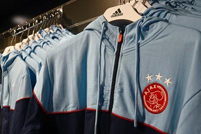 We kwamen ook nog niet Adidas-kleding tegen. © Ajax Life