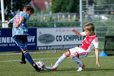 Er voorbij of toch tackle op de bal? © De Brouwer