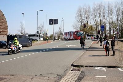 Daar rolt Ajax het terrein op! © De Brouwer