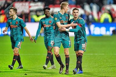 ALKMAAR, 15-12-2019 , AFAS Stadium, Dutch Football Eredivisie Season 2019 / 2020. AZ - Ajax 1-0 . Ajax players Perr Schuurs and Dusan Tadic dejected after the lost game