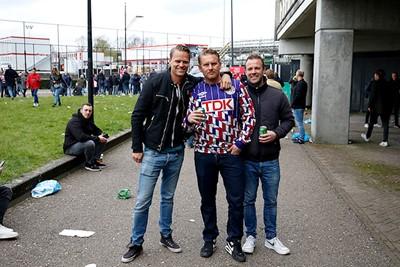 Weer met je maten naar Ajax. Dat was alweer lang geleden... © De Brouwer