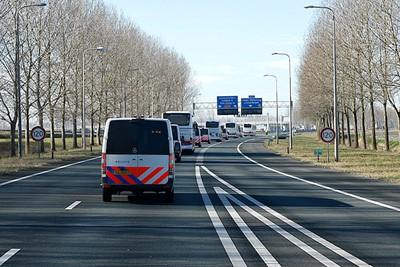Die vijf bussen krijgen al snel gezelschap van de nodige agenten... © De Brouwer