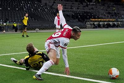 Gekkigheid op de achterlijn leidt een mini-offensiefje van Ajax in. Fijn! © Pro Shots
