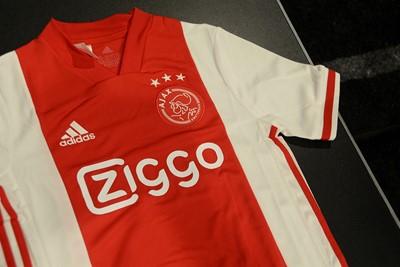 Als je goed kijkt, zie je een geblokt patroontje over het gehele shirt lopen. © Ajax Life