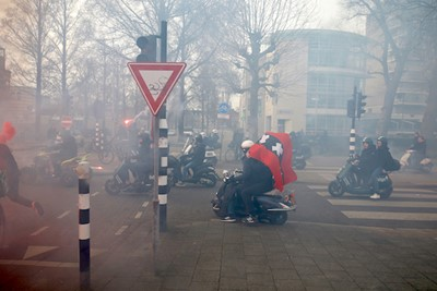 De meeste scooteraars volgden de bus tot aan de Arena. © De Brouwer