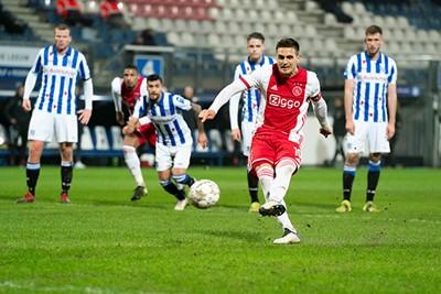 Tadic vuurt onhoudbaar raak vanaf een dit keer niet gesloopte penaltystip. © Pro Shots