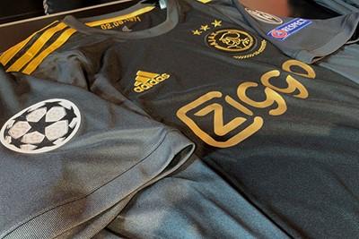 Het CL-logo smoelt lekker op het shirt. © Ajax Life
