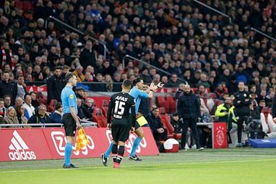 Hier wordt Ajax nog gered door een soort van verdwaalde handsbal. © De Brouwer