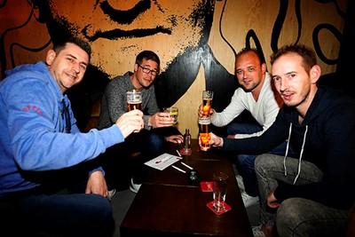We beginnen de avond met een biertje. Proost mannen! © Pro Shots