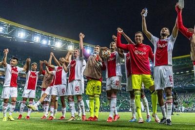 Deze taferelen tussen spelers en supporters hadden we zo gemist! © Pro Shots