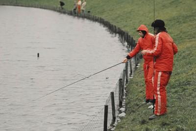 Ontspannen vissen met collega Wim Suurbier. © SV Ajax / Guus de Jong