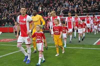 Met Tadic het veld op, dan heb je een goed verhaal op school. © Ajax Kids Club