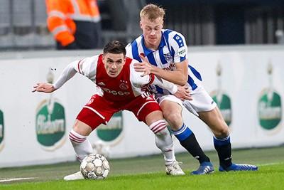 Ajax toont zich namelijk onverzettelijk, zoals Tadic hier aantoont. © Pro Shots