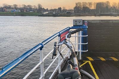 Met het pontje richting stadionnetje, dat is toch heerlijk?! © Ajax Life