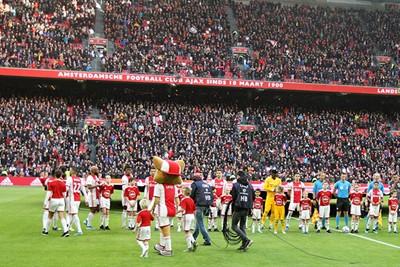 Pfoe, wat een hoop mensen... En die cameraman komt ook zo dichtbij! © Ajax Kids Club