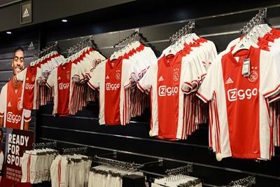 Hoeveel van deze nieuwe thuisshirtjes zijn er donderdag al verkocht? © Ajax Life
