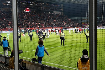 Er komen wat supporters het veld op en zelden zagen we zo snel politie paraat staan. © De Brouwer