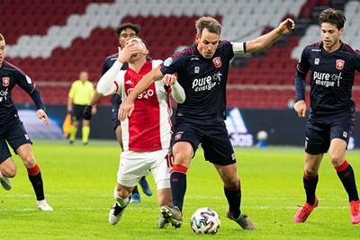 Tadic is iets te overijverig op zoek naar een penalty. © Pro Shots