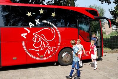 Gaaf! De spelersbus van Ajax is er ook! © De Brouwer