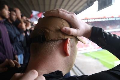 Handen in het haar, eh, op de pet. © De Brouwer