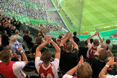We klappen onze handen stuk. Voor wie? Voor Ajax Amsterdam! © Ajax Life