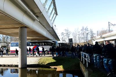 Er staan vijf bussen klaar voor in totaal 249 Ajacieden. © De Brouwer