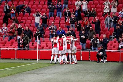 Spelers knuffelend bij de cornervlag onder het toeziend oog van supporters. Prachtig! © De Brouwer