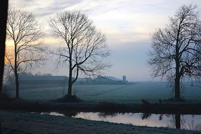 Ergens buiten de ringweg A10 zien we de zon opkomen, maar waar?! © De Brouwer