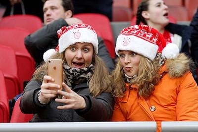 Precies op deze manier kijken we een halfuur lang naar het geploeter van Ajax...