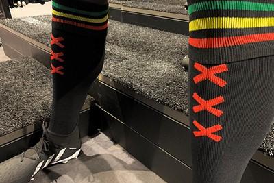 Andreaskruizen prominent op de kousen. © Ajax Life