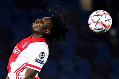 Traoré is sterk, hoor! We zijn benieuwd of hij een tijdje mag blijven staan. © Pro Shots