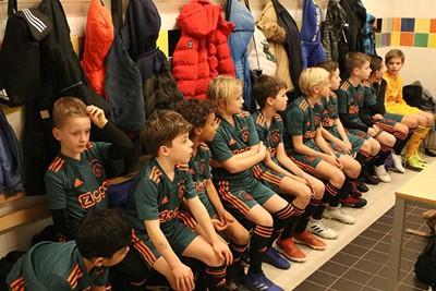 In de kleedkamer is het nog lekker warm. © Ajax Kids Club