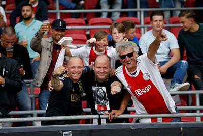 Jonge en oudere Ajacieden vinden elkaar op de tribune. © De Brouwer