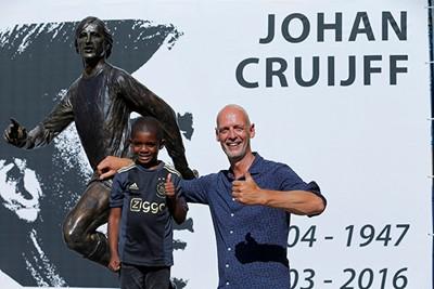 Beeldhouwer Jouta mag trots zijn op het resultaat! © Deze man verdient een standbeeld